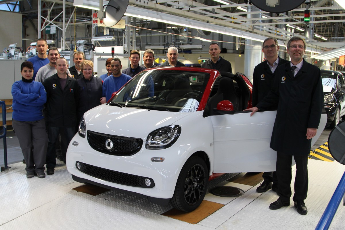 Im smart Werk im lothringischen Hambach (Frankreich) ist das smart fortwo cabrio angelaufen: Dr. Joachim Betker (rechts), Standortverantwortlicher smart Werk Hambach, und Claude Wurmel, Leiter Montage, gemeinsam mit Führungskräften und Team beim ersten Bandablauf in der Endmontage // Production start of the new smart fortwo cabrio: Dr. Joachim Betker (right), Site Manager plant Hambach, Claude Wurmel, Manager Assembly, and the team during the job number one of the new smart fortwo cabrio at the final assembly