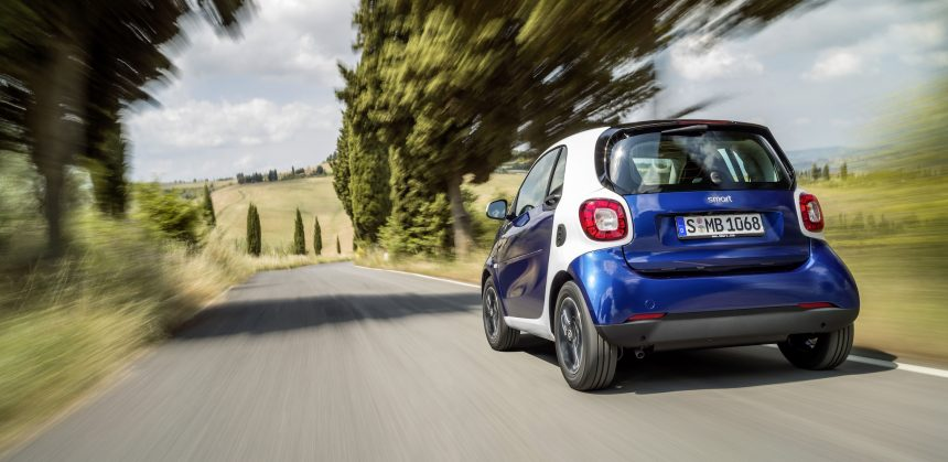 Der neue Smart fortwo 2014: Bodypanels in midnight blue (metallic), tridion Sicherheitszelle in white ;  The new smart fortwo 2014: Body panels in midnight blue (metallic), tridion safety cell in white;
