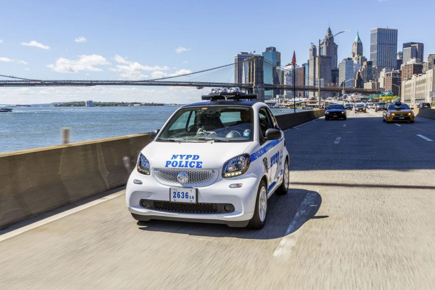 smart USA hat die ersten 100 smart fortwo an die New Yorker Polizei ausgeliefert. Das New York City Police Department (NYPD) ersetzt damit die bisher in der Stadt eingesetzten dreirädrigen Motorräder. ;  smart USA has delivered the first 100 smart fortwos to the New York police. With this measure the New York City Police Department (NYPD) is replacing the three-wheel motorbikes previously used in the city.;